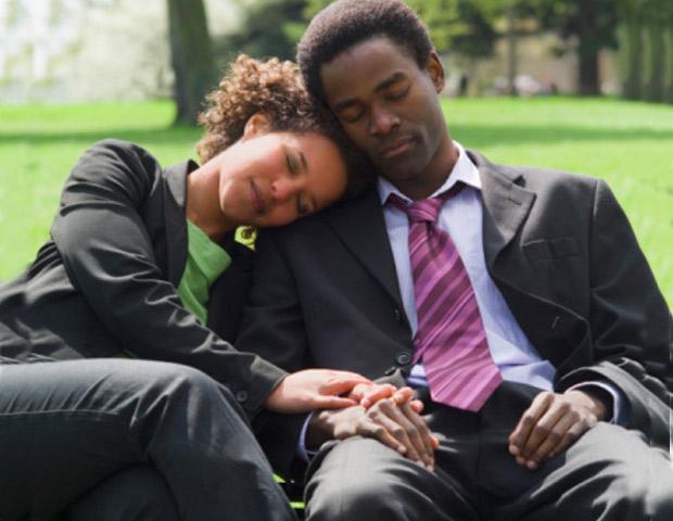 Couple-Sleeping-Park-620x480