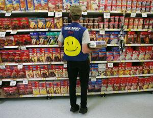 walmart-shelf-employee