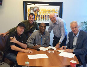 kobe bryant signing new contract