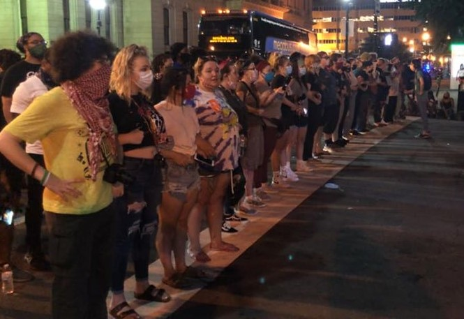 White Protesters Form Human Barrier to Shield Black Protesters From Louisville Metro Police - Black Enterprise