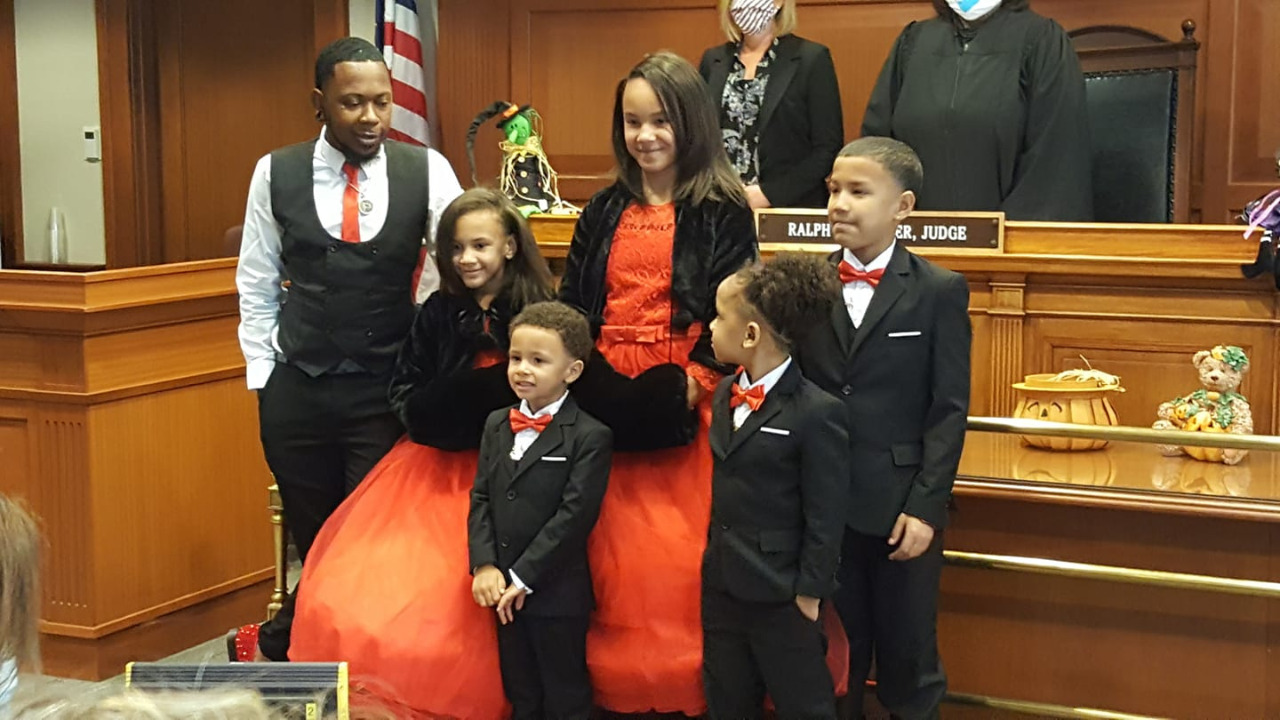 Dad Adopts Five Siblings to Keep Them All Together, Was the Only Foster Parent to Say Yes